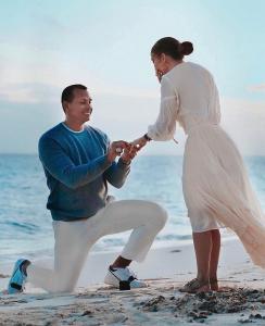 Alex Rodriguez proposes to Jennifer Lopez